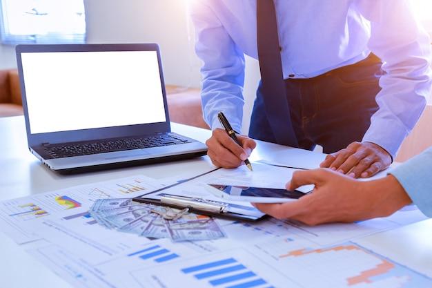 Partnerzy biznesowi omawianie dokumentów i pomysłów.