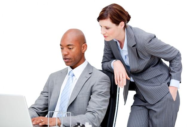 Partnerzy biznesowi patrzeje komputer