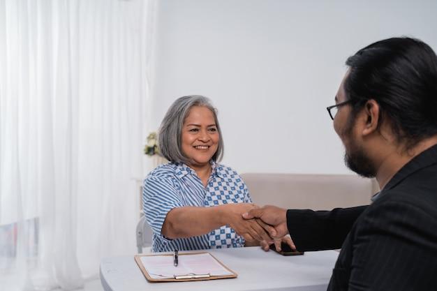 Partnerzy biznesowi podają sobie ręce i zawierają umowę