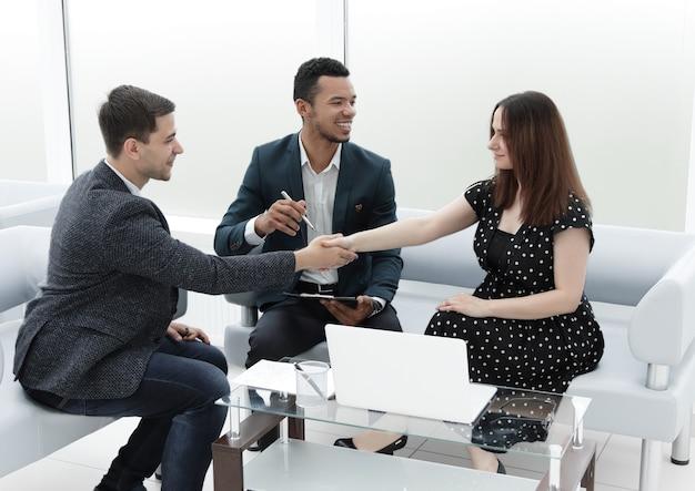 Partnerzy biznesowi podają sobie ręce po podpisaniu umowy .koncepcja partnerstwa