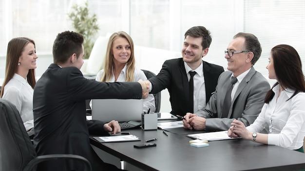 Partnerzy biznesowi podają sobie ręce po udanej transakcji. koncepcja partnerstwa