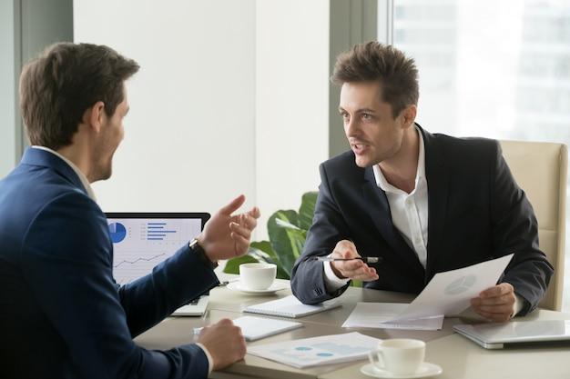 Partnerzy biznesowi podejmują negocjacje przed transakcją