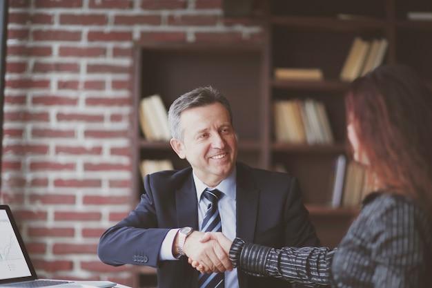 Partnerzy biznesowi poprzez zatwierdzenie transakcji uściskiem dłoni