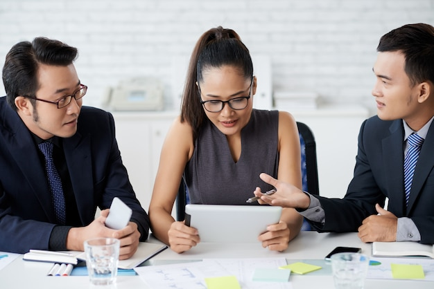Partnerzy biznesowi pracujący nad projektem razem w biurze