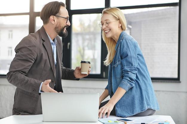 Partnerzy biznesowi pracujący w biurze