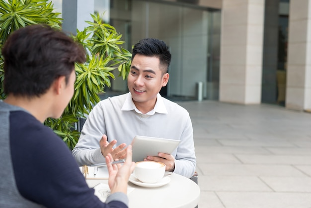 Partnerzy biznesowi pracujący w zespole, pracujący dzielący się nowymi pomysłami
