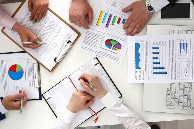 Partnerzy biznesowi pracujący z dokumentami w biurze