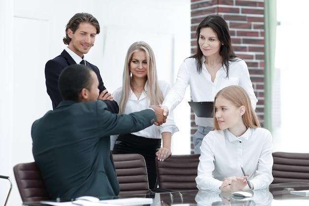 Partnerzy biznesowi prowadzący warsztaty w biurze