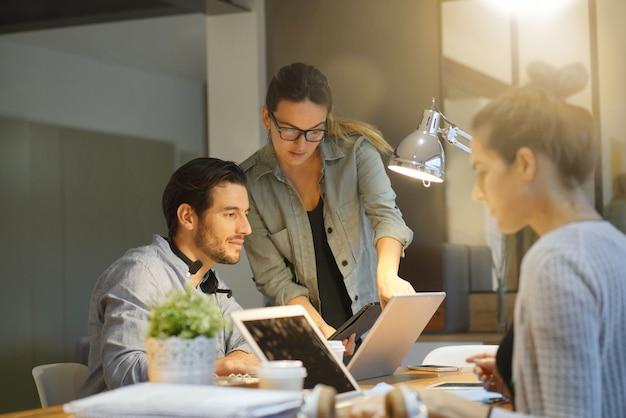 Partnerzy biznesowi przechodzą projekt w przestrzeni roboczej