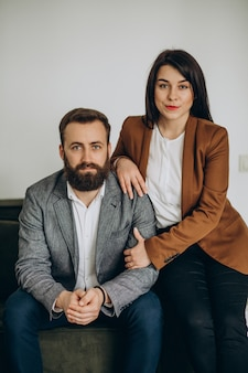 Partnerzy biznesowi razem w biurze