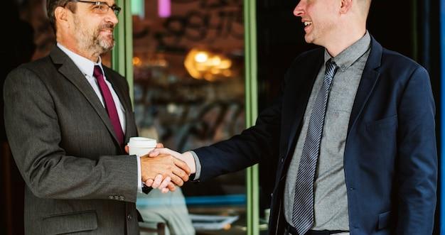 Partnerzy biznesowi, ściskając ręce w porozumieniu