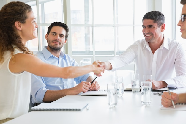 Partnerzy biznesowi, ściskając ręce
