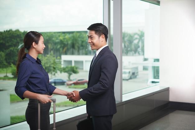 Partnerzy biznesowi spotkanie na lotnisku