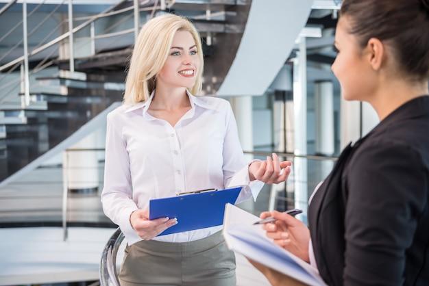 Partnerzy biznesowi ubrany formalne omówić projekt w biurze.