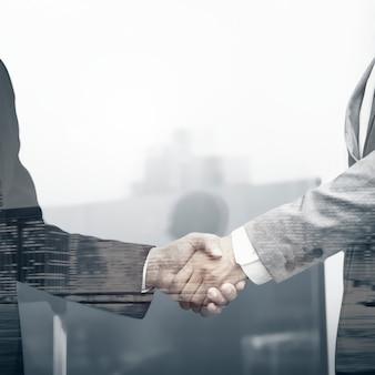 Partnerzy biznesowi uścisk dłoni międzynarodowej korporacji