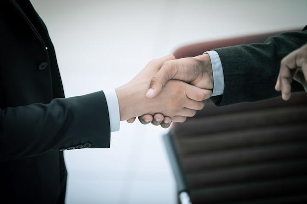 Partnerzy biznesowi uścisk dłoni zbliżenie. pojęcie partnerstwa.
