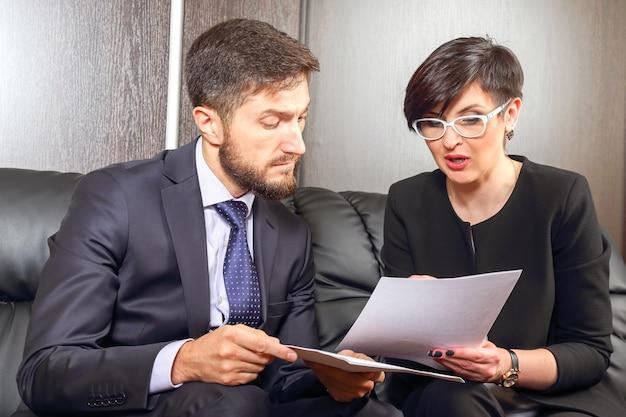 Partnerzy biznesowi w biurze studiujący dokumenty. rzecznictwo i działalność prawna