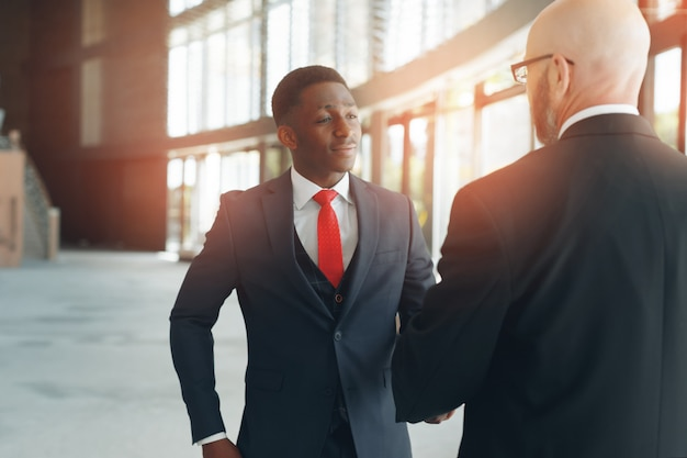 Partnerzy biznesowi w nowoczesnym biurze