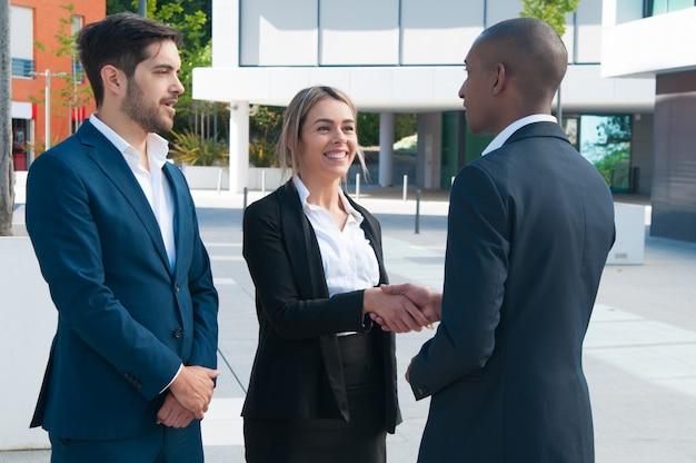 Partnerzy biznesowi witają się