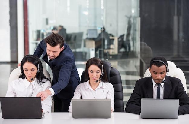 Partnerzy biznesowi współpracują ze swoim kierownikiem.