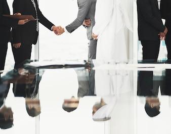 Partnerzy biznesowi Wstępny Łuk uścisku dłoni