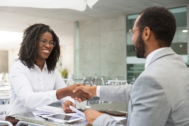 Partnerzy biznesowi zamykają umowę