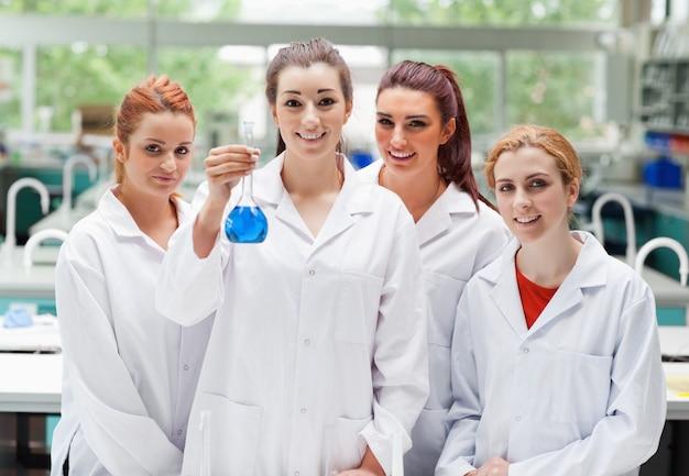 Partnerzy laboratoriów pozowanie z kolby