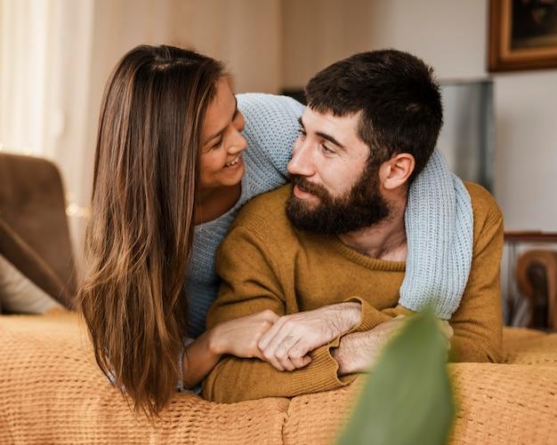 Partnerzy o średnim ujęciu patrzą na siebie