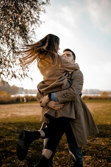 Partnerzy o średnim ujęciu przytulający się na zewnątrz