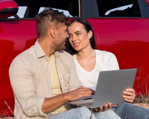 Partnerzy o średnim zasięgu z laptopem
