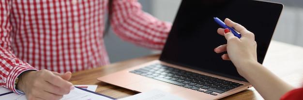 Partnerzy przy stole roboczym omawiają procesy biznesowe. planowanie i ustalanie koncepcji celów biznesowych