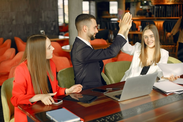 Partnerzy siedzący przy stole i pracujący w kawiarni