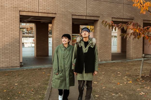 Partnerzy spacerujący razem na świeżym powietrzu