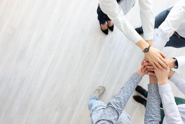 Partnerzy wstają i trzymają ręce jednym gestem. szukaj koncepcji partnerów biznesowych