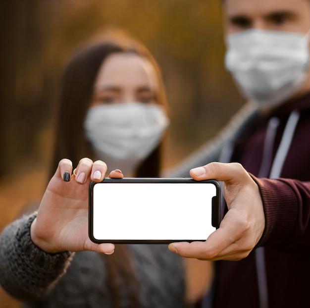 Partnerzy z bliska trzymający smartfon