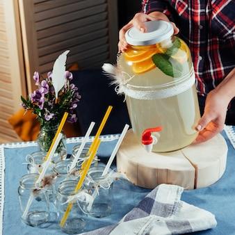 Party drink station z małymi butelkami i domową lemoniadą