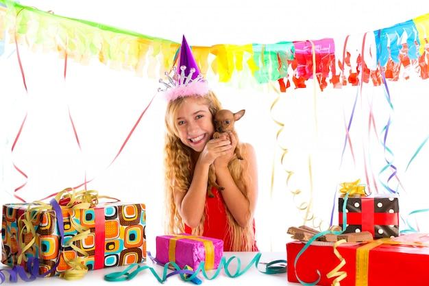 Partyjna blondynu dzieciaka dziewczyna szczęśliwa z szczeniak teraźniejszością