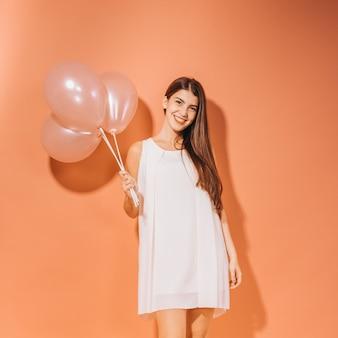 Partyjna dziewczyna pozuje z balonami
