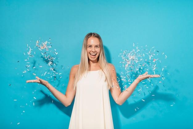 Partyjna dziewczyna pozuje z confetti