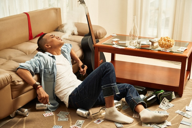 Partyjny mężczyzna relaksuje w domu