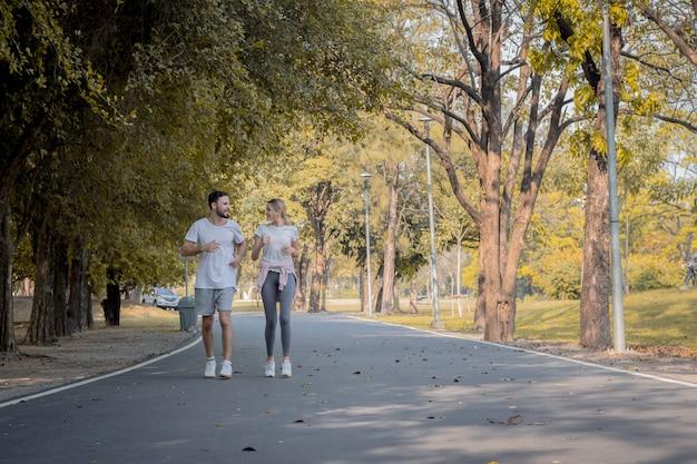 Pary ćwiczą w parku.