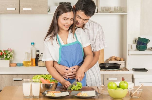 Pary gotowania razem w kuchni.