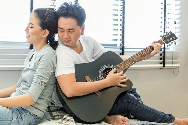 Pary grające na gitarze