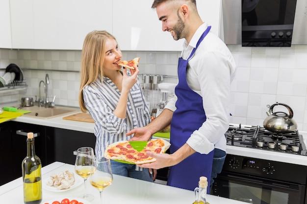 Pary łasowania pizza w kuchni
