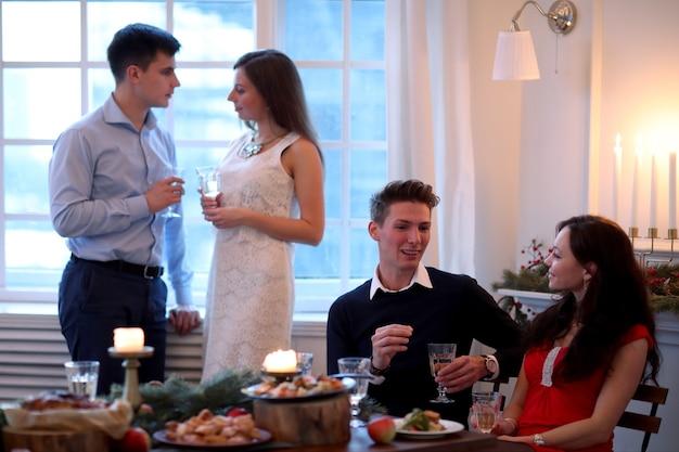 Pary na świątecznej kolacji
