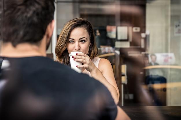 Pary obsiadanie w kawiarni pije kawę