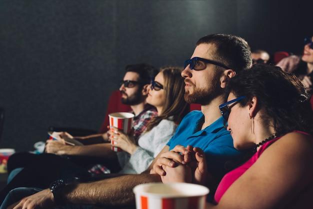 Pary oglądające film w kinie