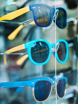 Pary okularów przeciwsłonecznych na stojaku