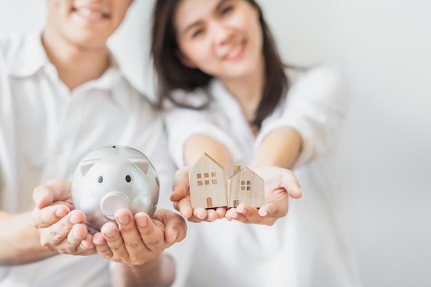 Pary oszczędzania pieniądze dla kupować nowego domu pojęcie