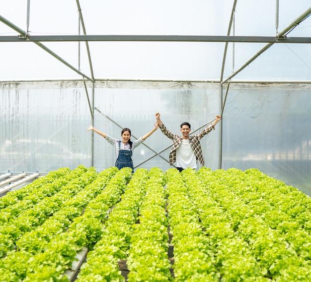 Pary prowadzące działalność w zakresie ekologicznych warzyw używanie drewnianego kosza żniwa w celu sprzedaży na rynku